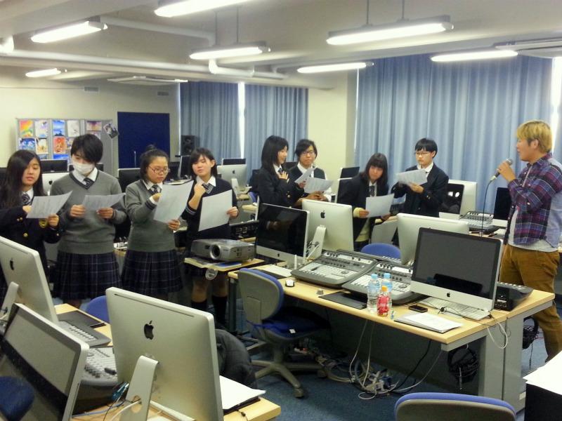 中谷さんによる特別課外授業中の エトワール女子高等学校の皆さん