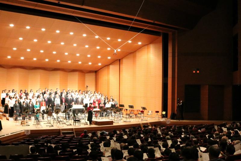 12月の公演では観客の皆様と一緒に歌うコーナーも。
