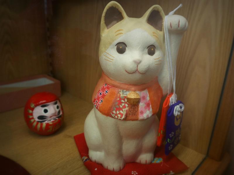 泉岳寺のご住職の奥様から贈り物、招き猫。 よく見ると首に泉岳寺の「泉」の文字が。
