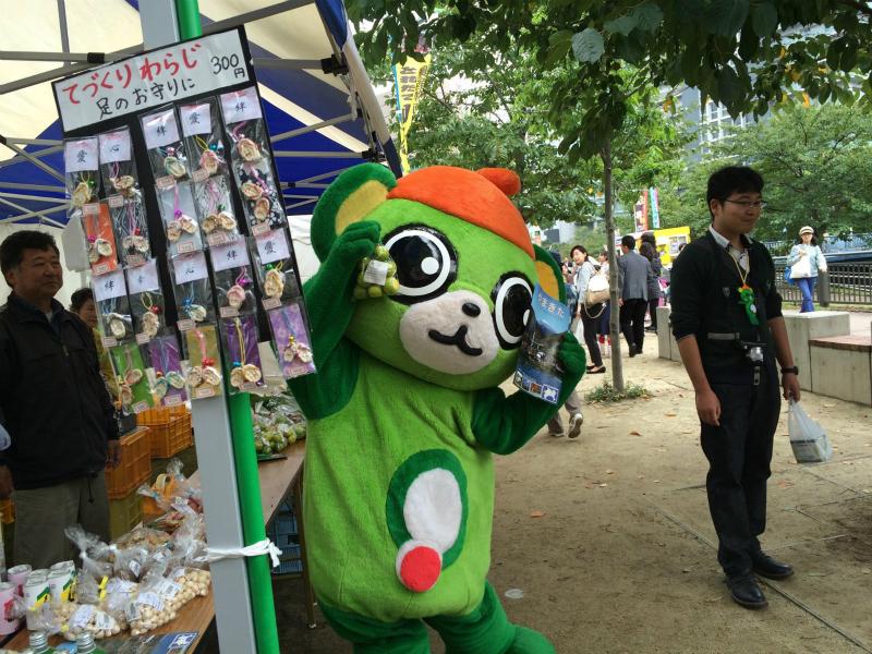 応援に訪れていた大崎一番太郎がボールを投げて倒れた景品をもらえるという射的に挑戦し、見事3つも景品をゲット!(2015年秋)