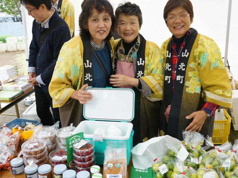 神奈川県山北町のみなさん。ノーワックスのフルーツ、保存料を使わない梅干し、手作りのゆず胡椒をなどを作っていただいている方々です。(2015年秋)