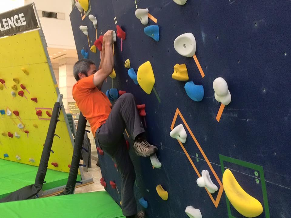 小林さんのクライミング。次につかんだり、足をかけたりするホールドの位置を、時計の針の位置に置き換え「右足4時」などと声でサポートしてもらうことで素早い登りを見せてくださいました。