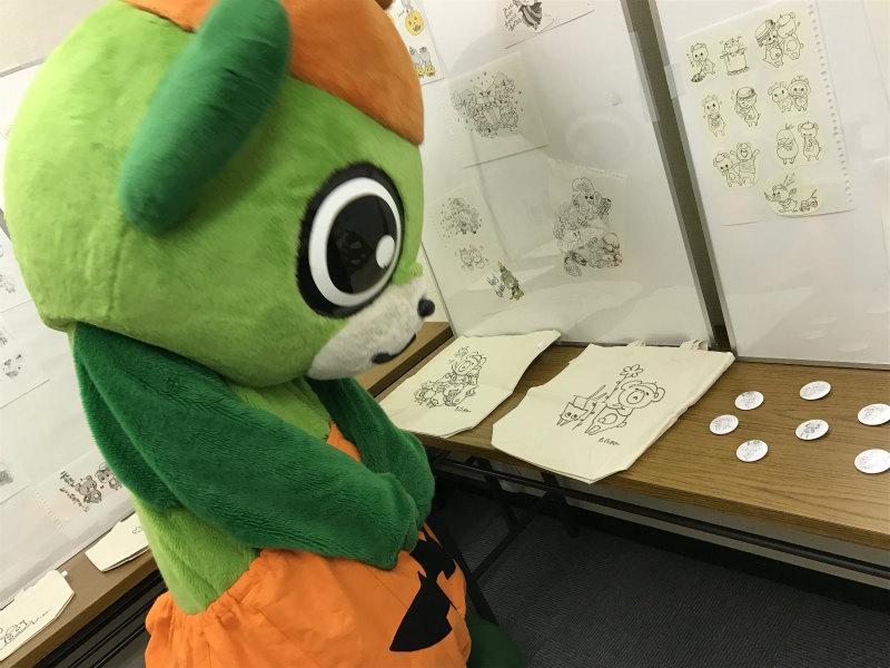 昨年10月は大崎一番太郎によるイラストを展示。