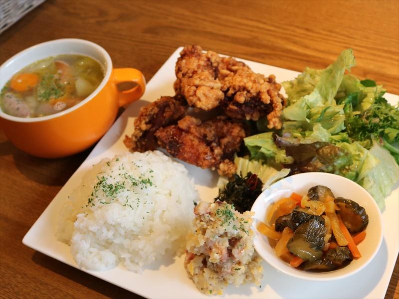 「夜定食」鶏の唐揚。野菜ゴロゴロのスープ付き880円!
